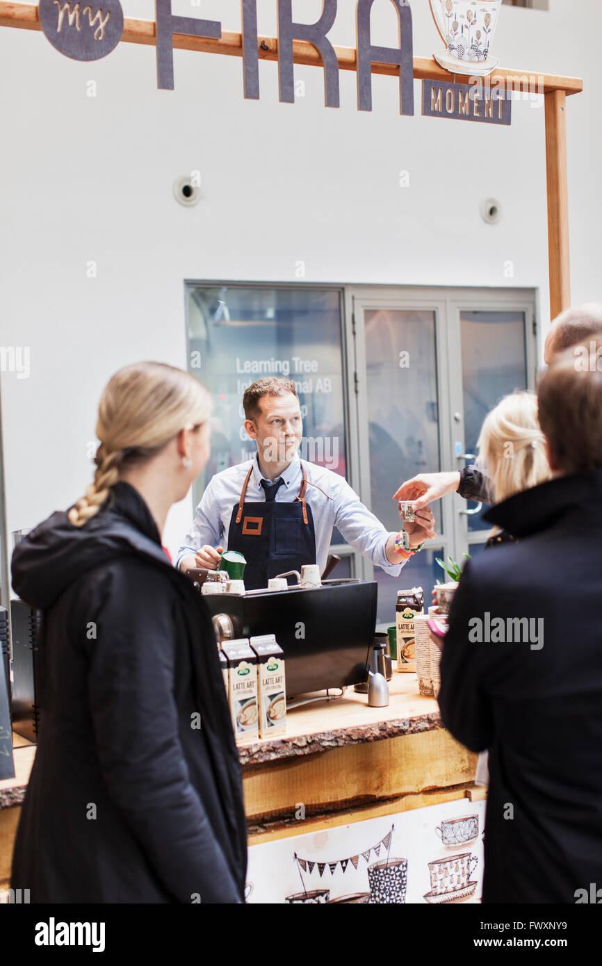 La Suède, travaillant au café barista Photo Stock