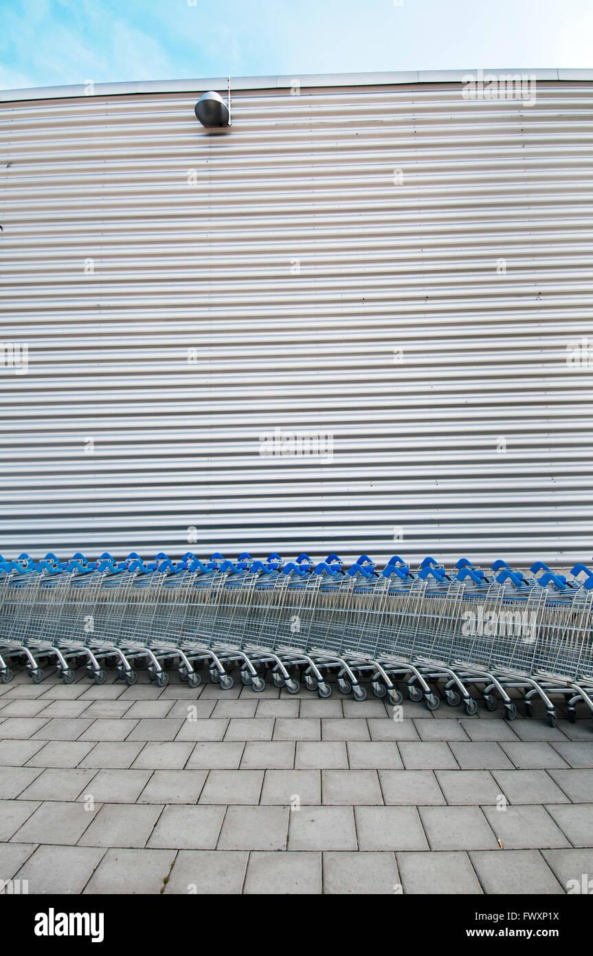 La Suède, l'Uppland, Arninge, rangée de chariots de supermarché Photo Stock