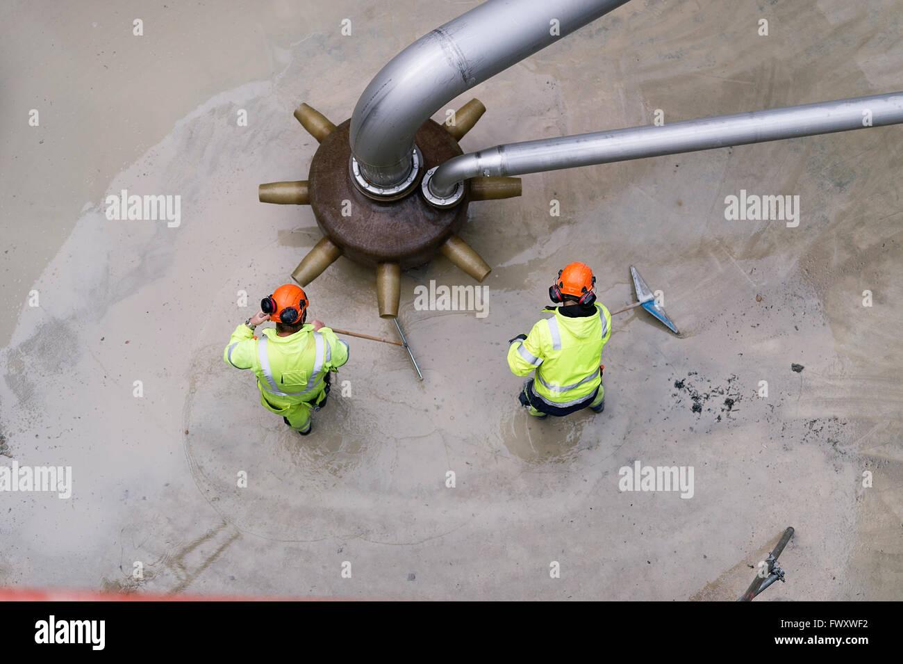 La Suède, Vastmanland, deux hommes travaillant à l'usine de traitement de l'eau Photo Stock