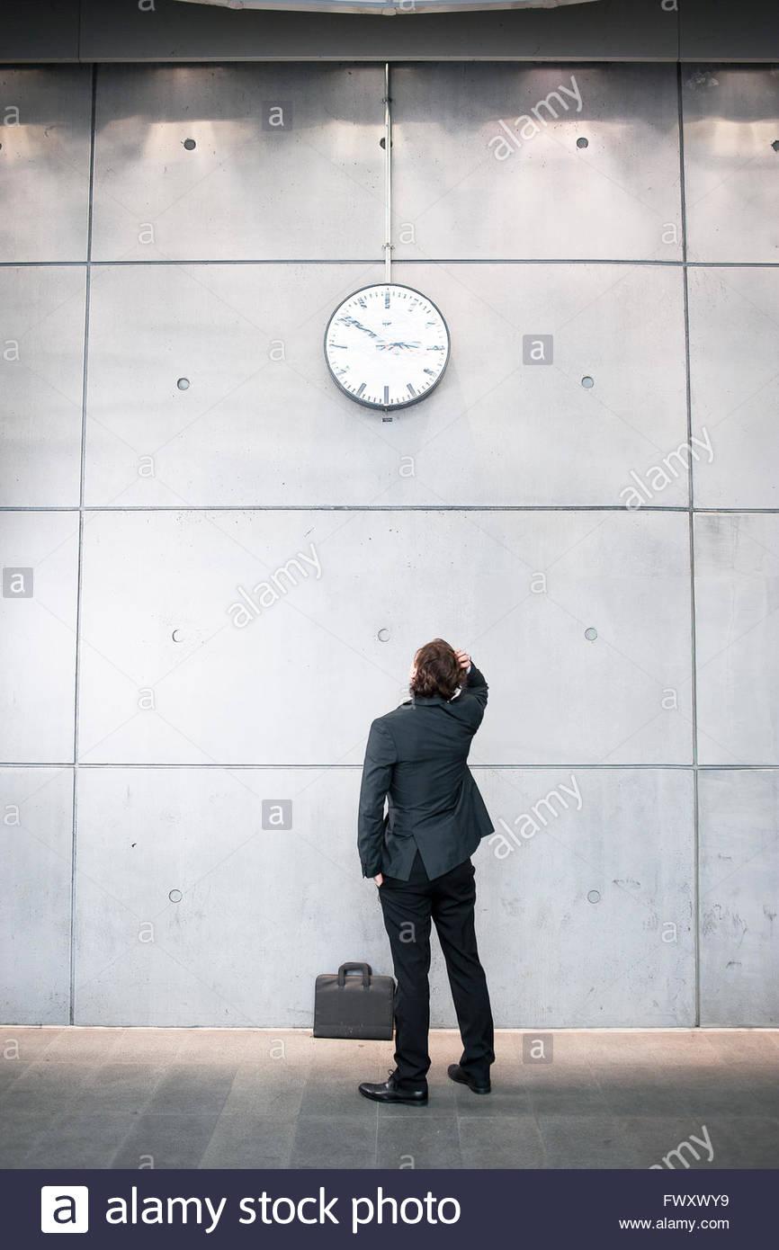 La Suède, Stockholm, Malmö, homme d'affaires contrôle de temps à railroad station Photo Stock
