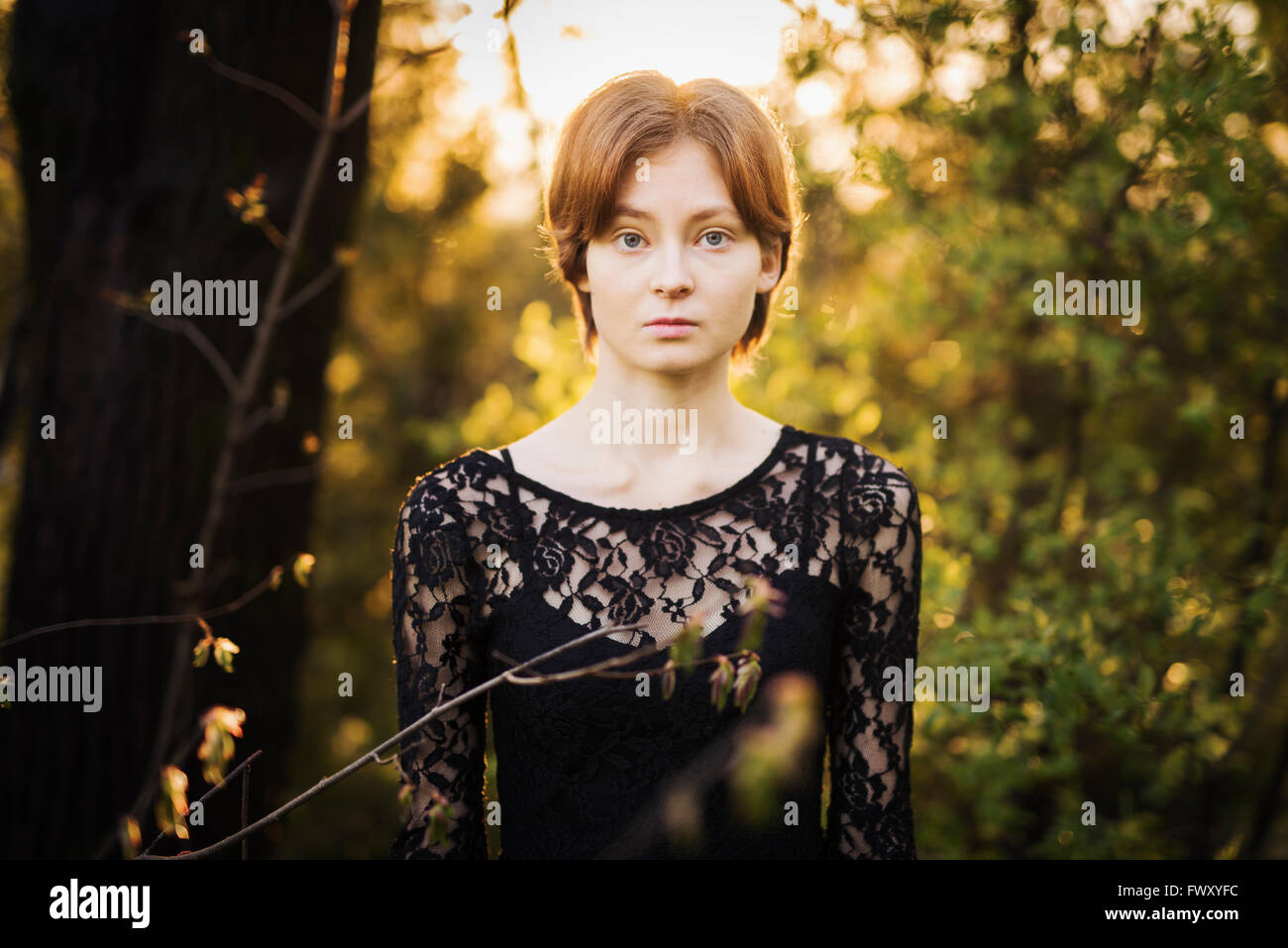 La Finlande, le sud-ouest de la Finlande, Portrait of young woman in forest Photo Stock