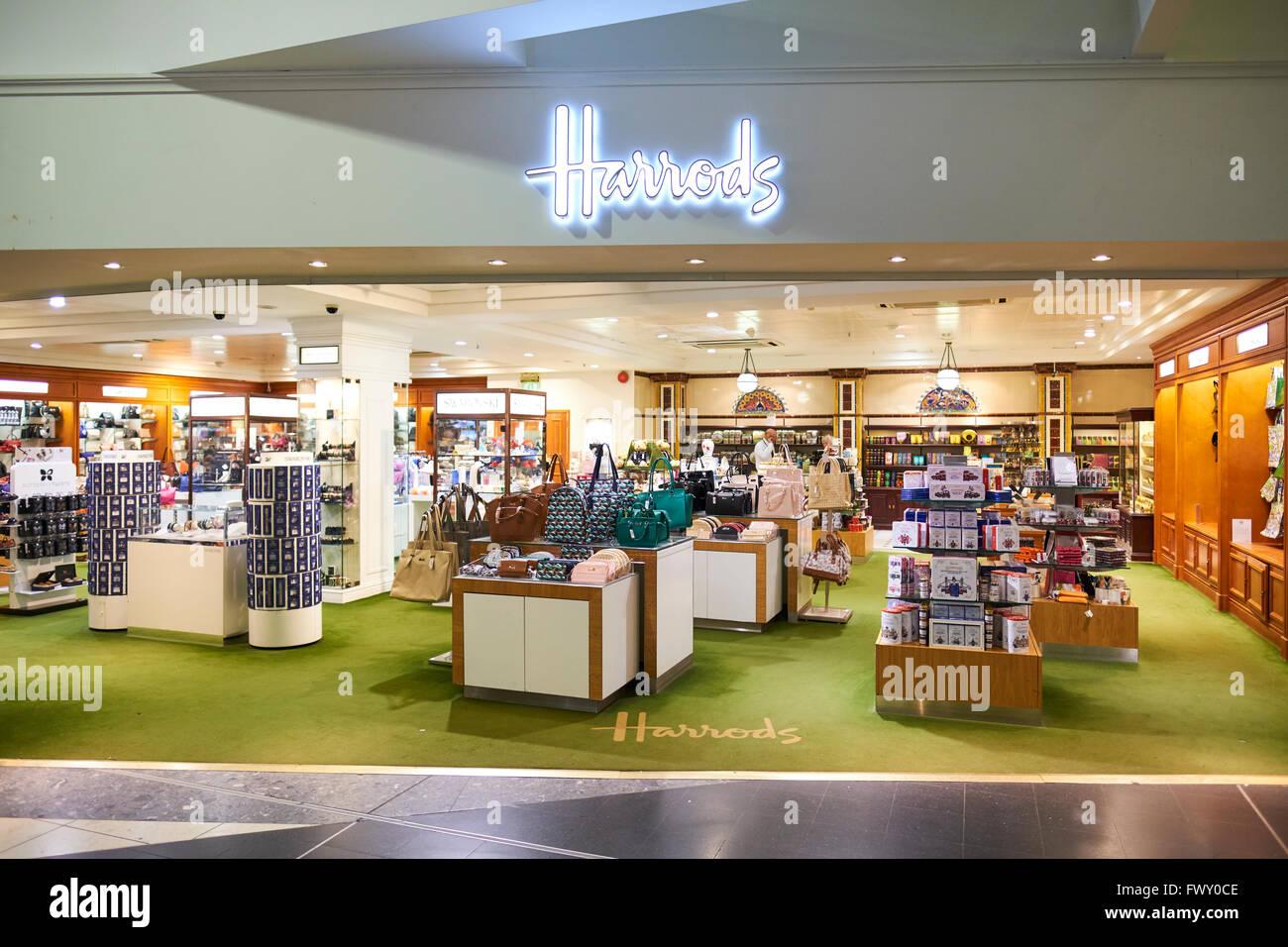 harrods duty free store lintrieur de la salle dembarquement du terminal nord de gatwick west sussex london uk