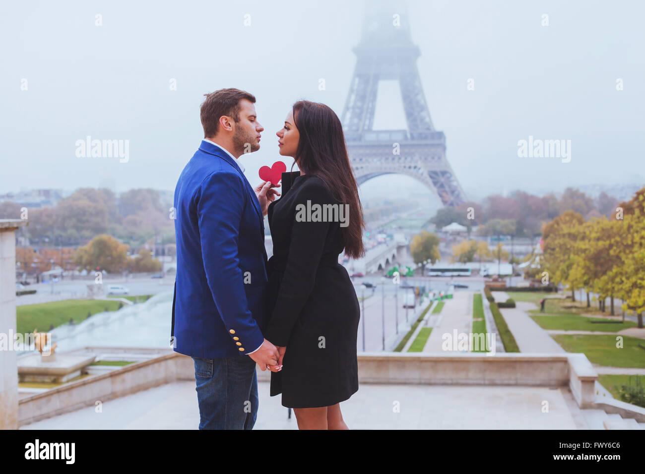 Valentines Day travel destination, couple in love près de Eiffel Tower, Paris, France Photo Stock