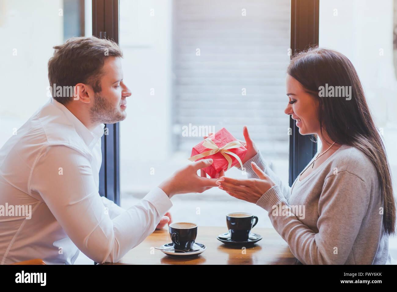 L'homme et de la femme, cadeau romantique, datant Banque D'Images