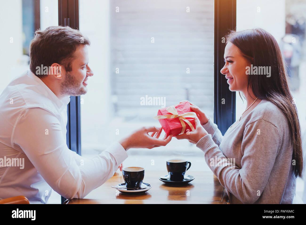 Cadeau pour la Saint-Valentin, un anniversaire, un anniversaire, l'homme et la femme dans un café, couple Photo Stock