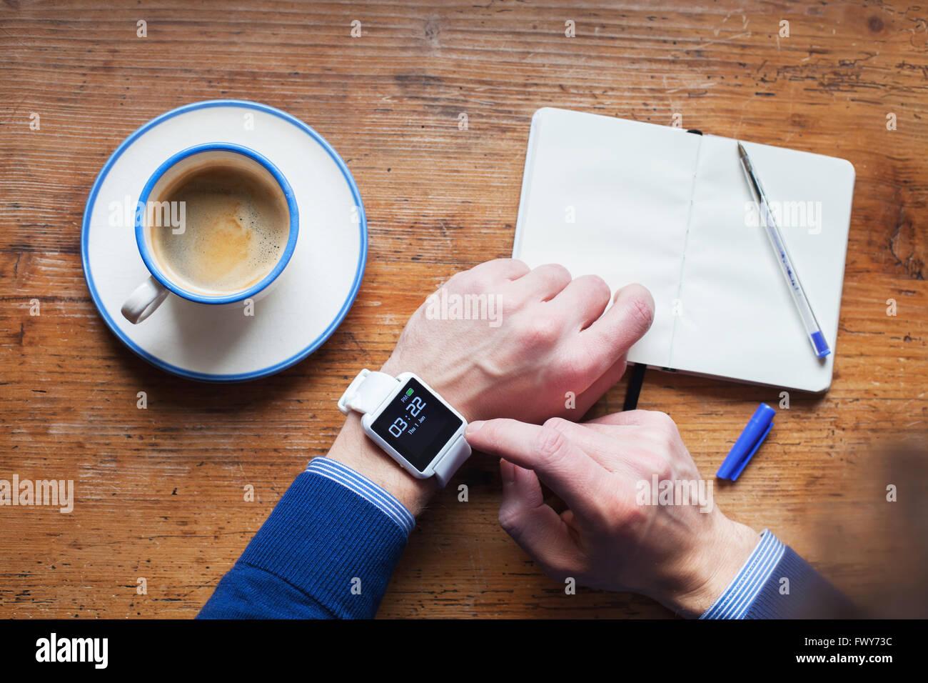 L'homme à l'aide de smart watch, la gestion du temps et de rappel Photo Stock