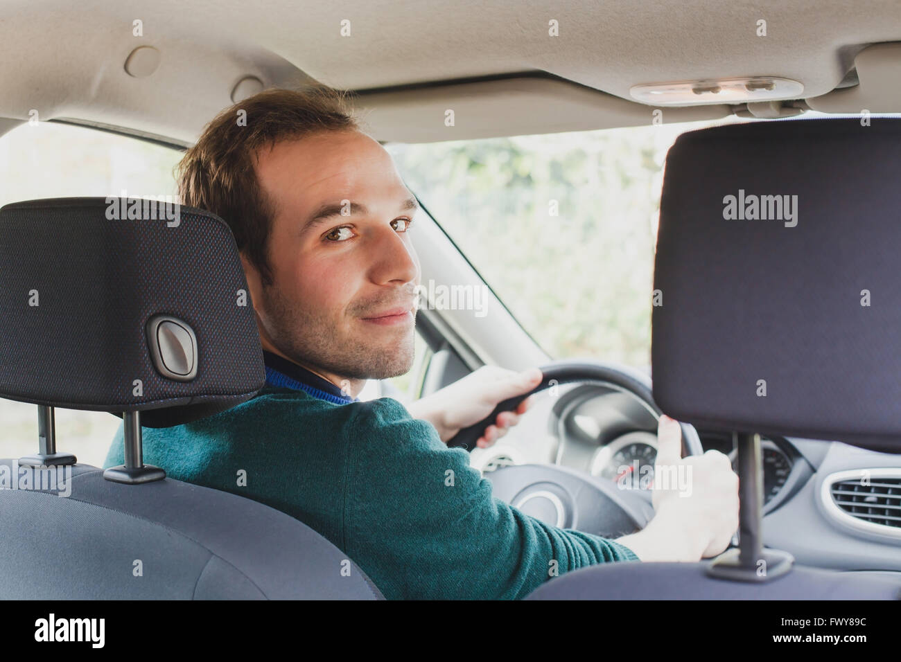 Portrait du conducteur dans une voiture ou en taxi, young caucasian man Photo Stock