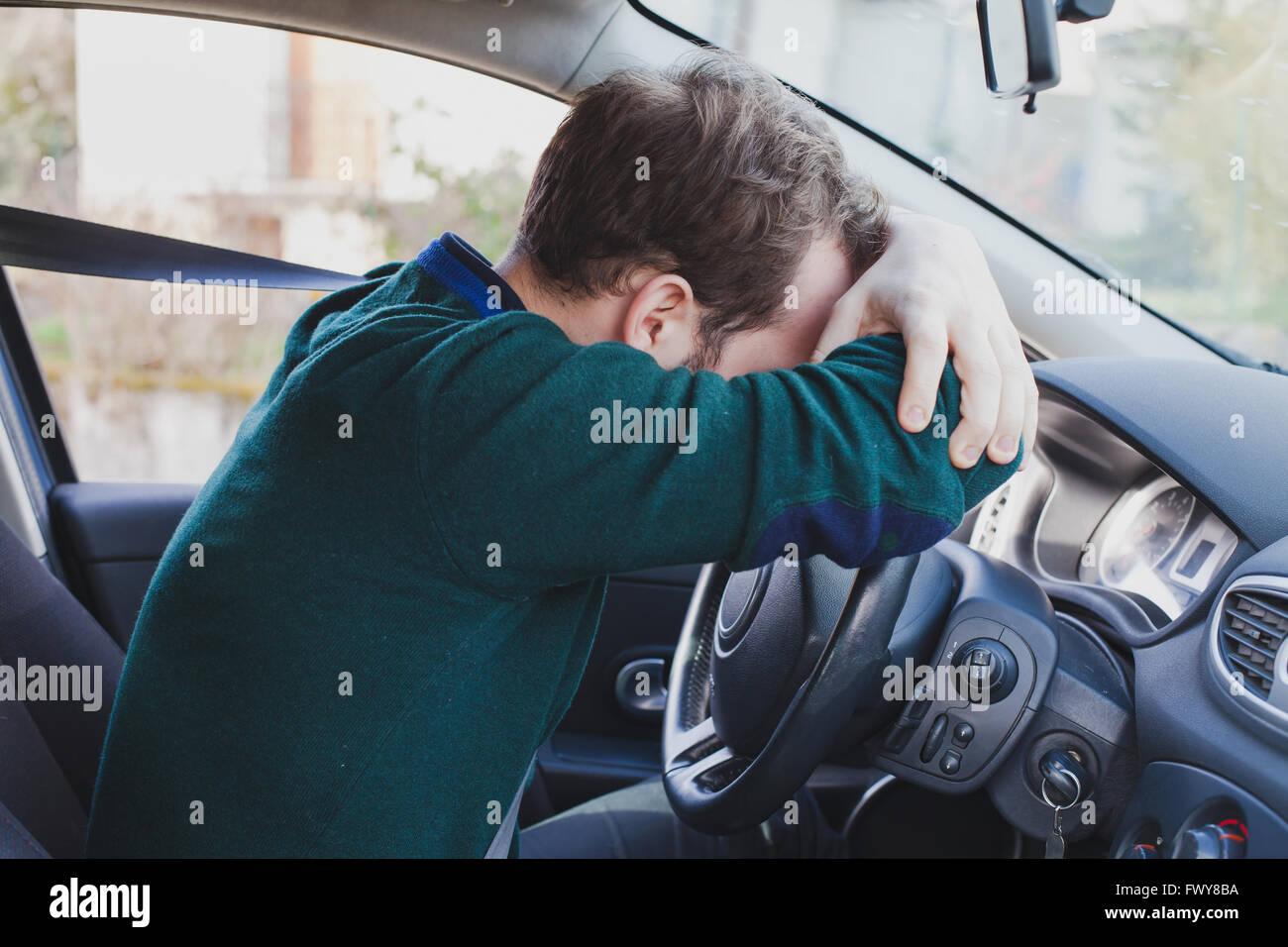 Dans la voiture pilote fatigué Banque D'Images