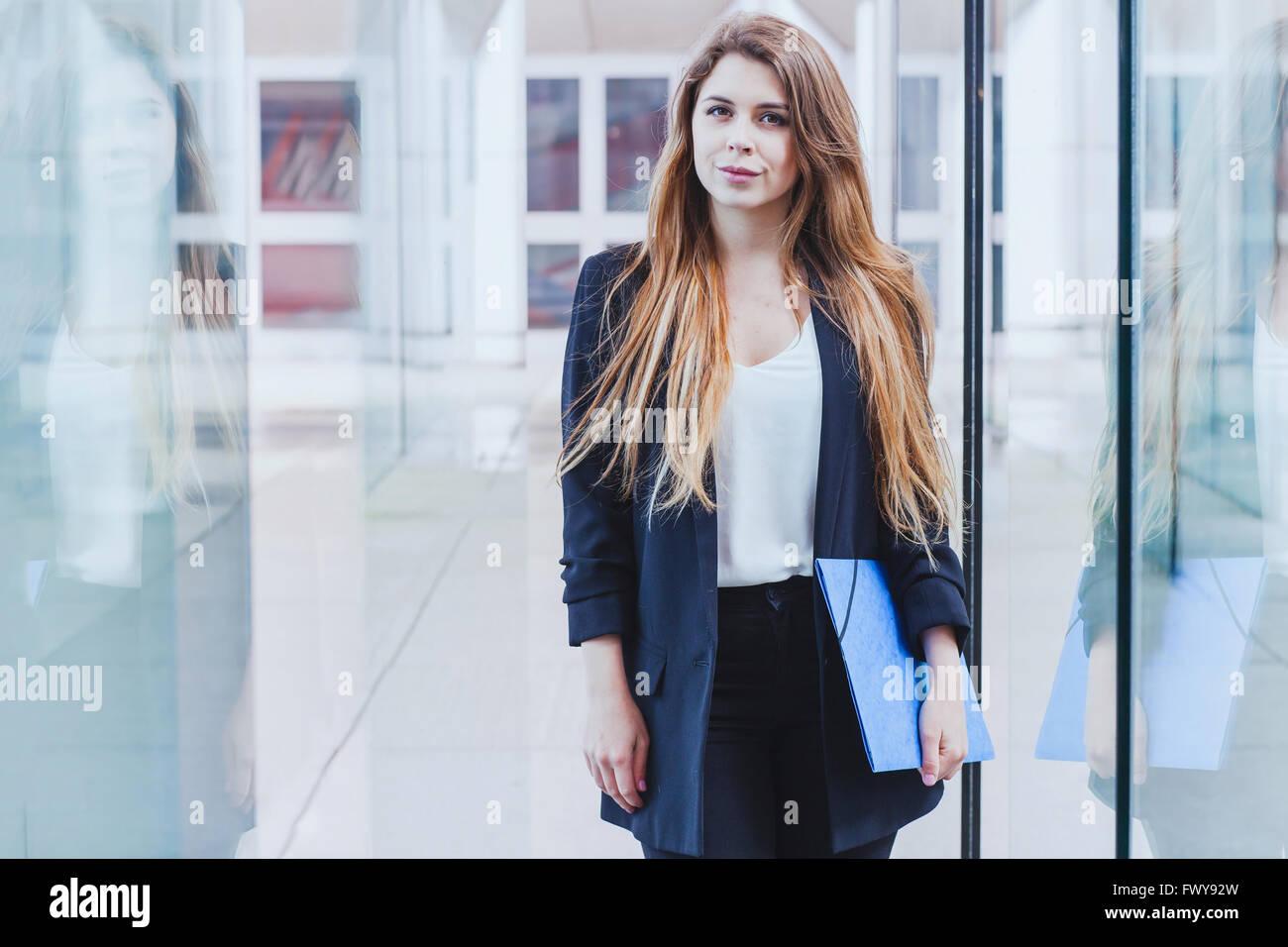Portrait de femme d'affaires à la recherche de l'appareil photo Photo Stock