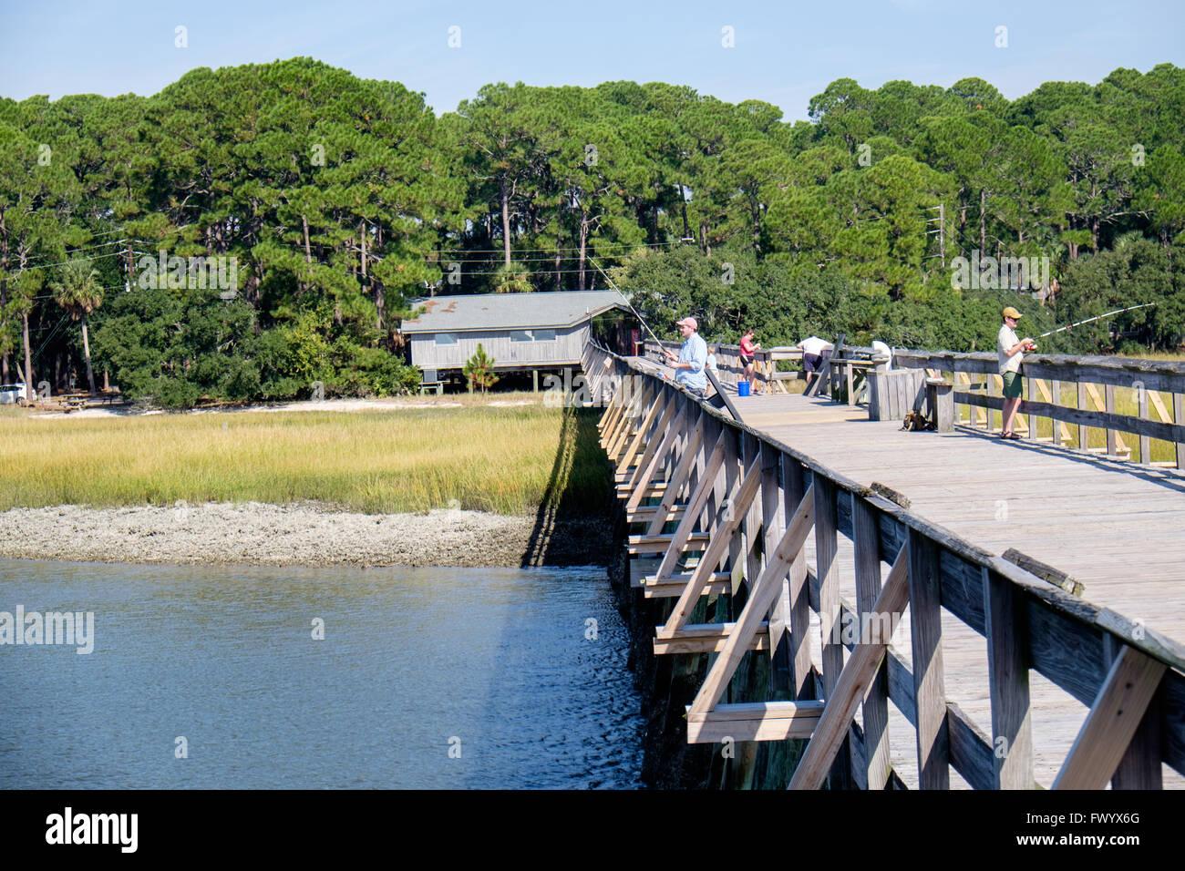 Pêche à la jetée de Fripp inlet sur la chasse Island State Park, South Carolina, USA Photo Stock