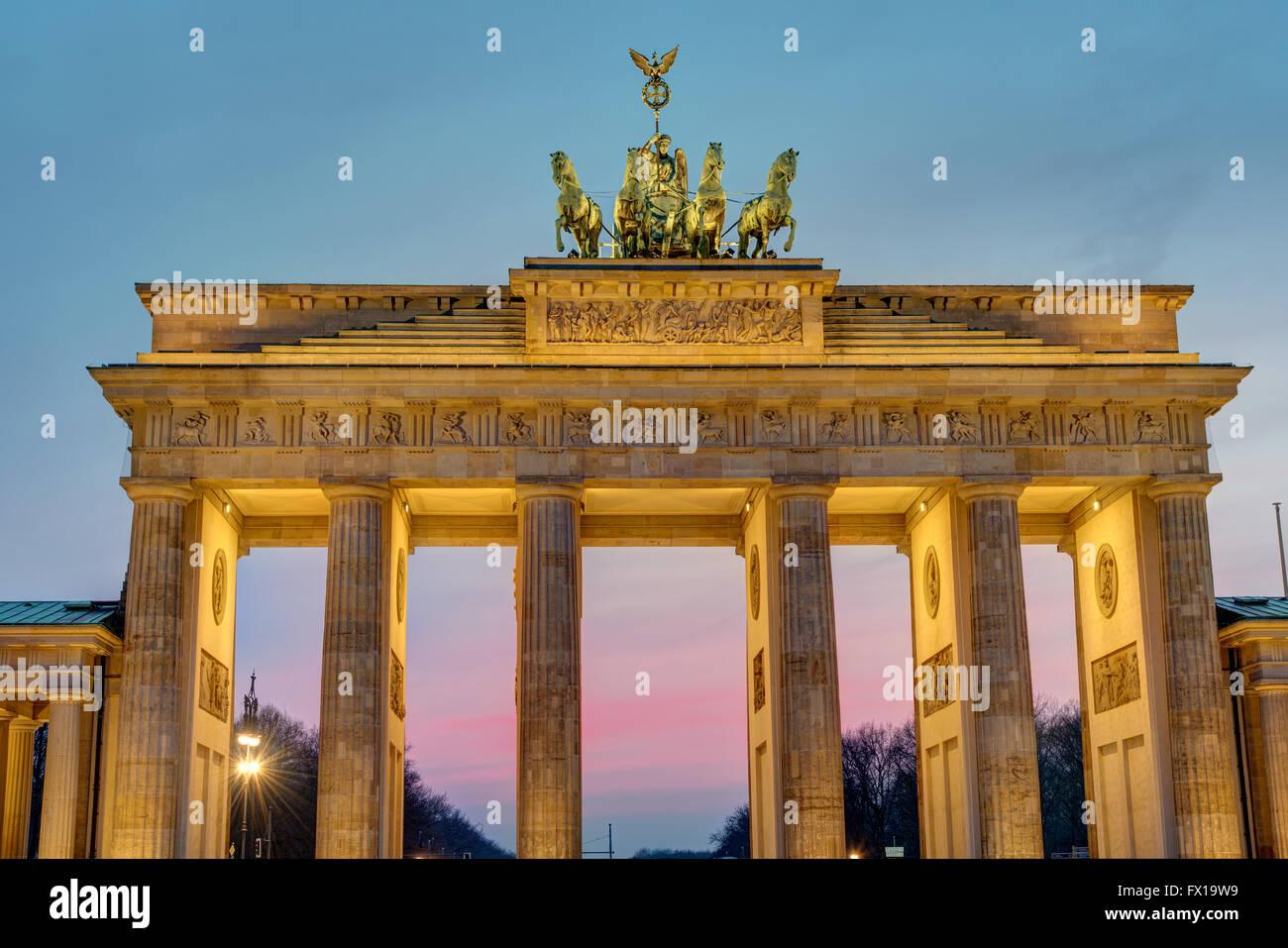 L'aube à la porte de Brandebourg à Berlin, Allemagne Photo Stock
