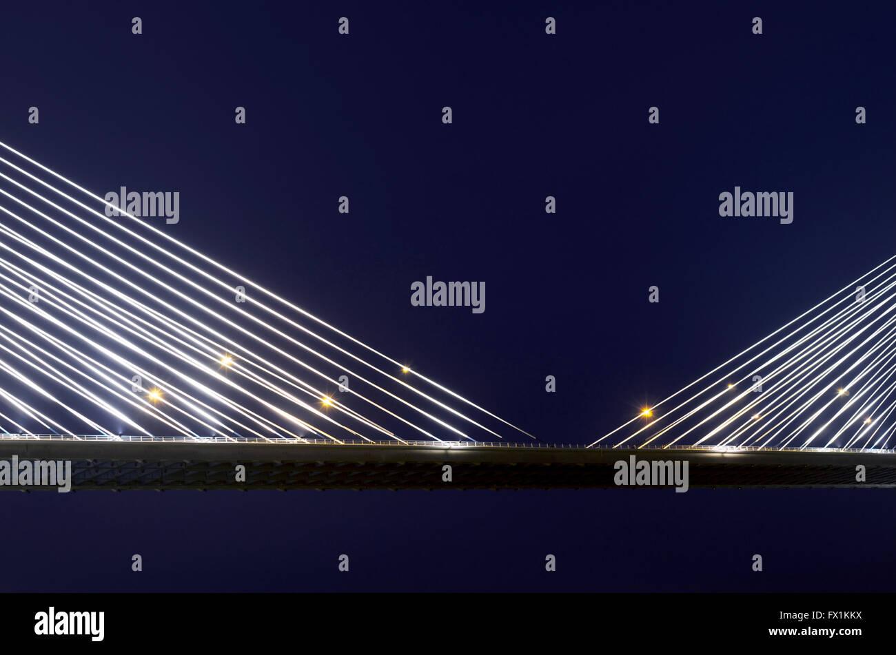Les câbles de suspension sur le pont Vasco da Gama, illuminé la nuit. Portugal Banque D'Images