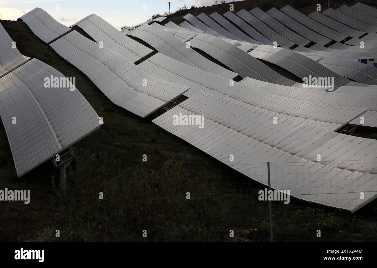 Gamme de panneaux solaires sur un jour nuageux gris, Sierra Alhamilla, près de Nijar, Almeria, Espagne Photo Stock