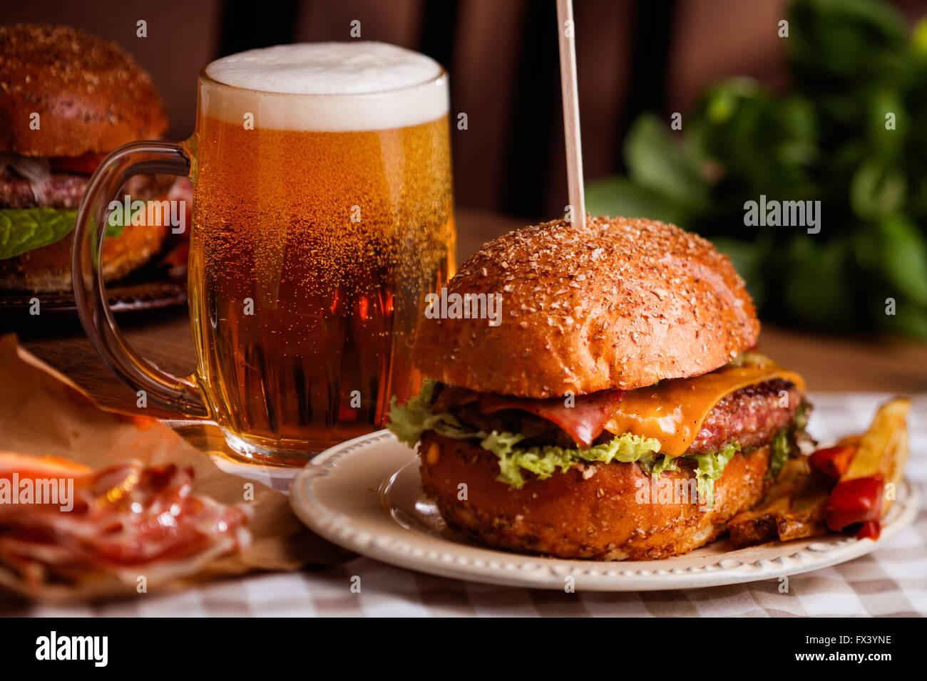 Dîner avec bière et burger Photo Stock