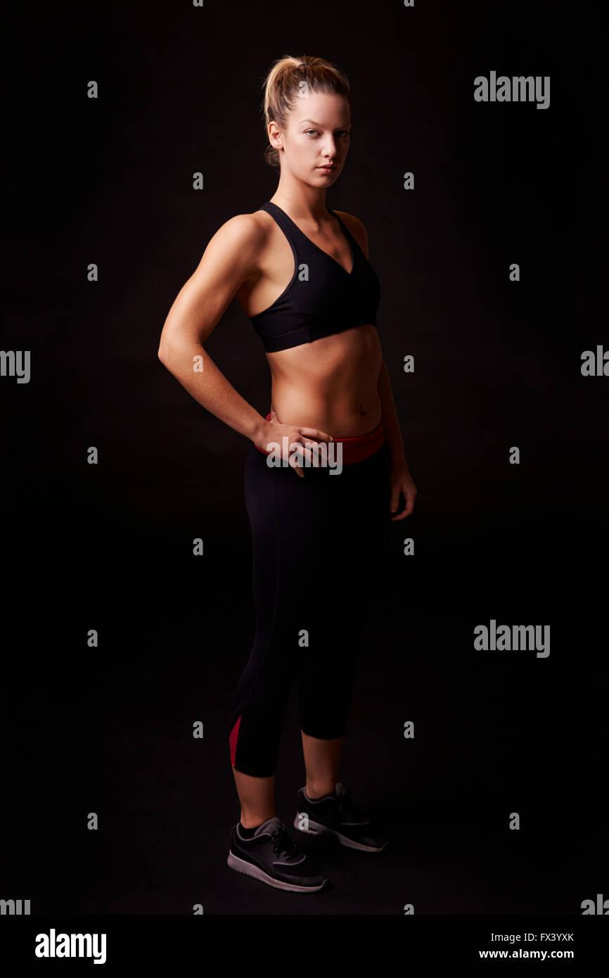 Athletic femme blonde à la recherche d'appareil photo, full length Photo Stock