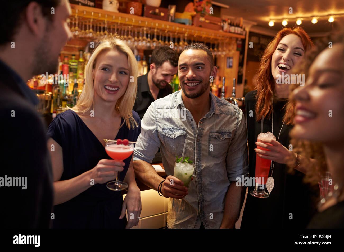 Réunion du Groupe des amis pour prendre un verre en soirée au bar à cocktails Photo Stock