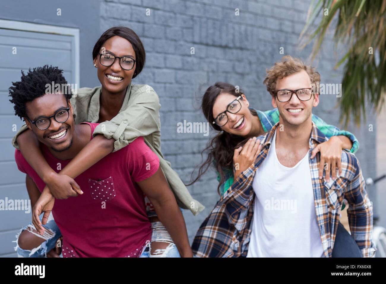 Les jeunes hommes de donner aux femmes de ferroutage Photo Stock