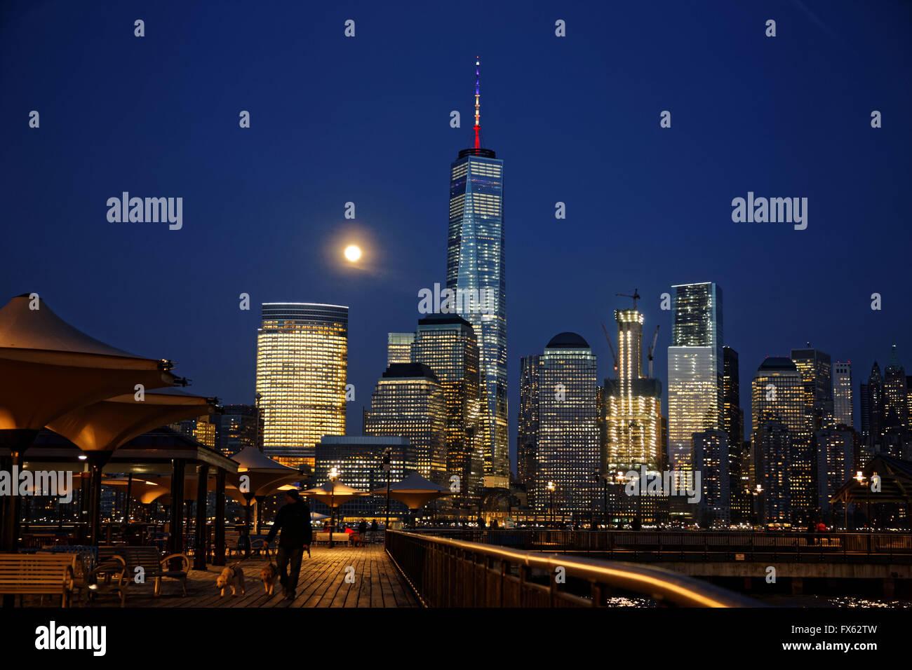 La lune se lève sur le World Trade Center dans le lower Manhattan, New York. photo par Trevor Collens Photo Stock