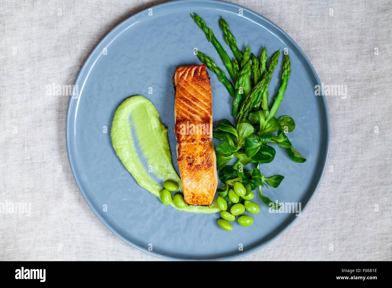 Le saumon, agneau de la laitue, des asperges et des haricots de soja Photo Stock