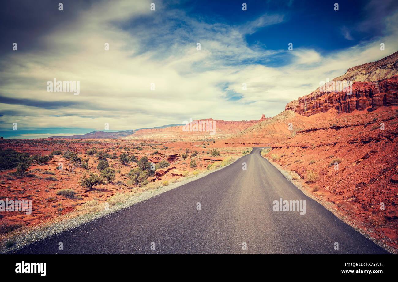 Vintage photo stylisée d'une route du désert, USA. Photo Stock