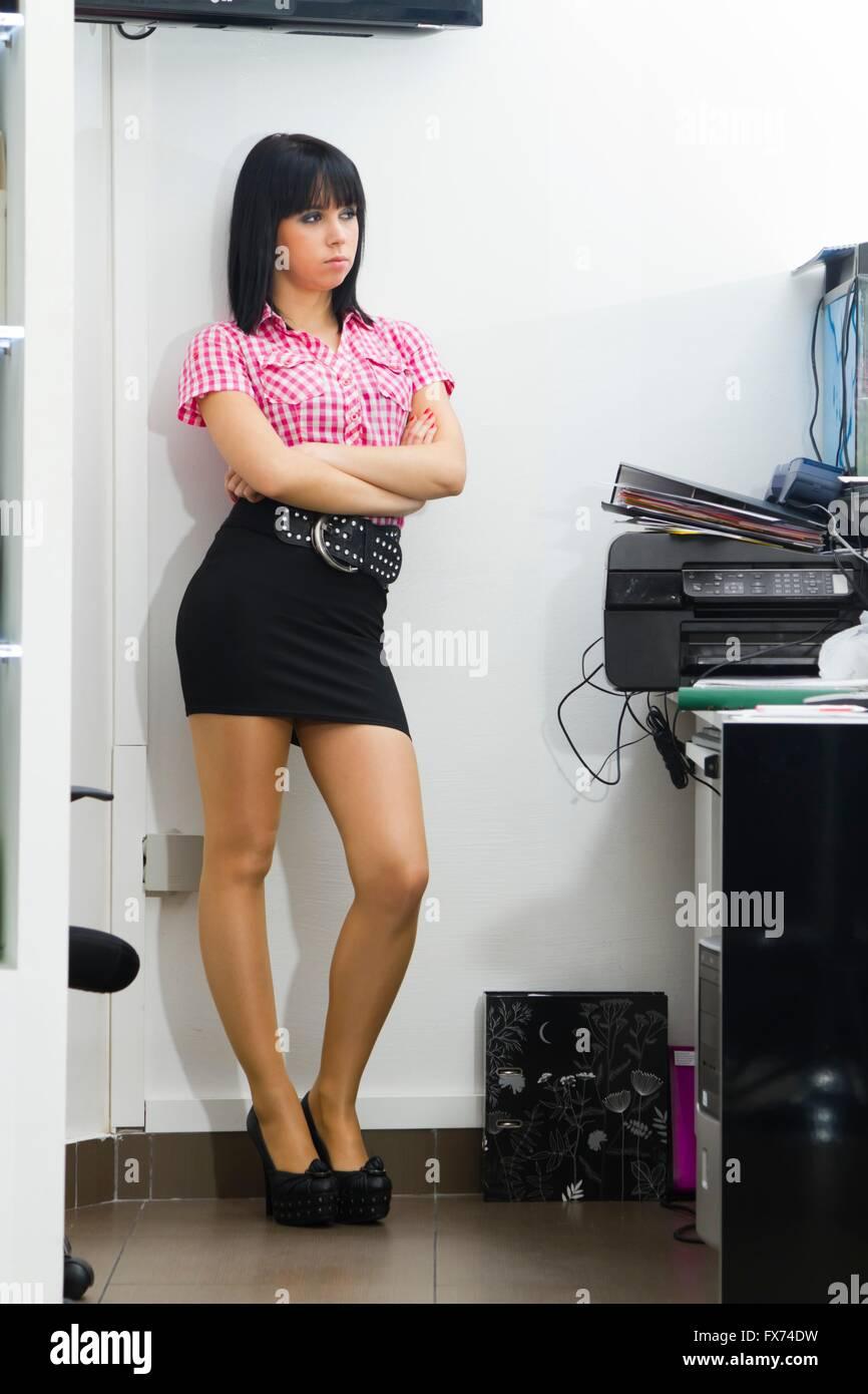 exercice en résille chemise sérieux minijupe femme secrétaire carreaux highheels travail Jeune s'ennuie croisées mains nylon à et tHqSpf