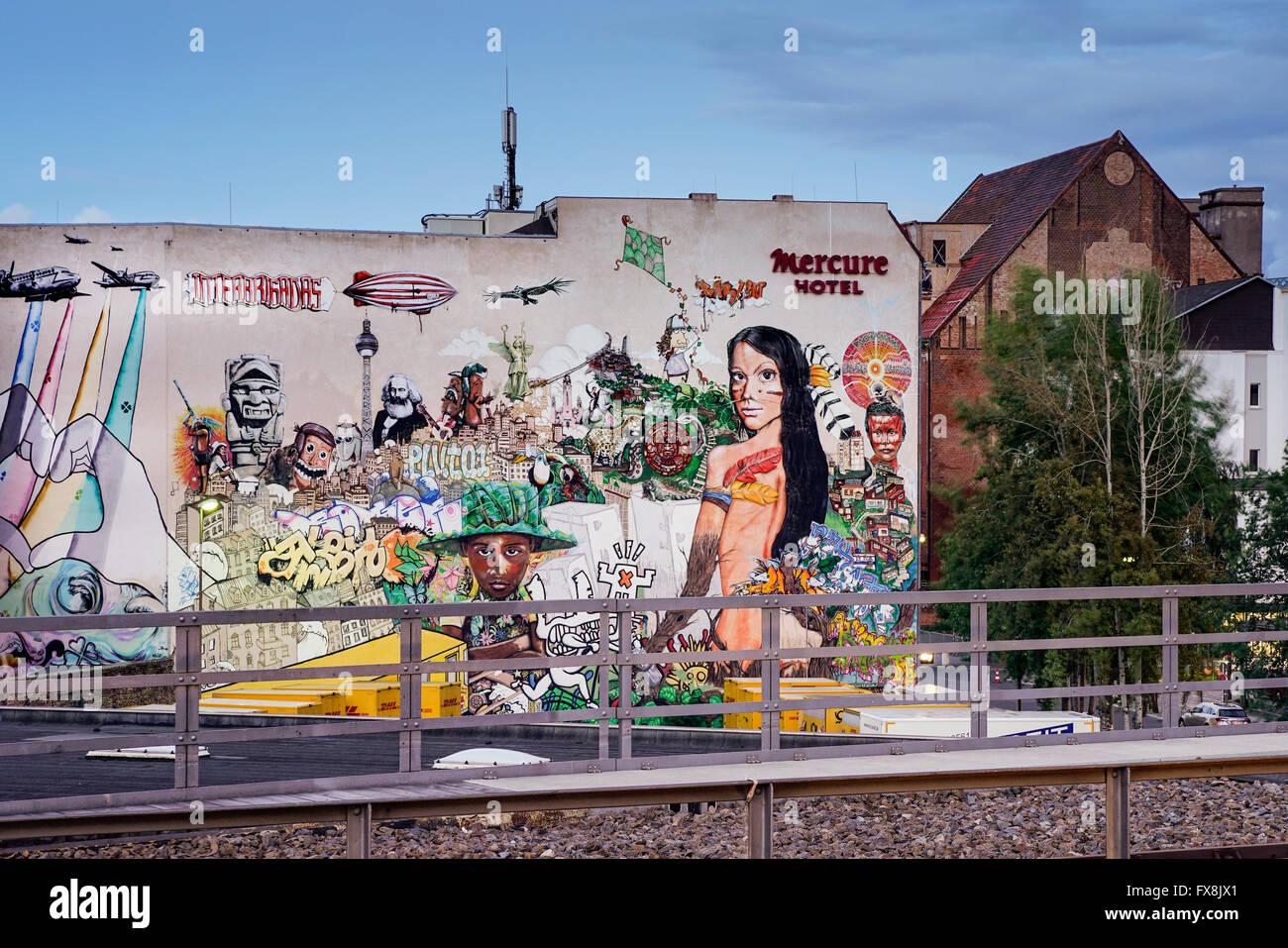 Le projet de graffiti streetart interbrigadas sur la paroi arrière de l'hôtel Mercure à BERLIN Banque D'Images