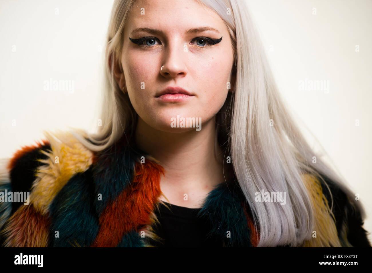 une jeune femme blonde platine girl face à l'avant, avec des yeux