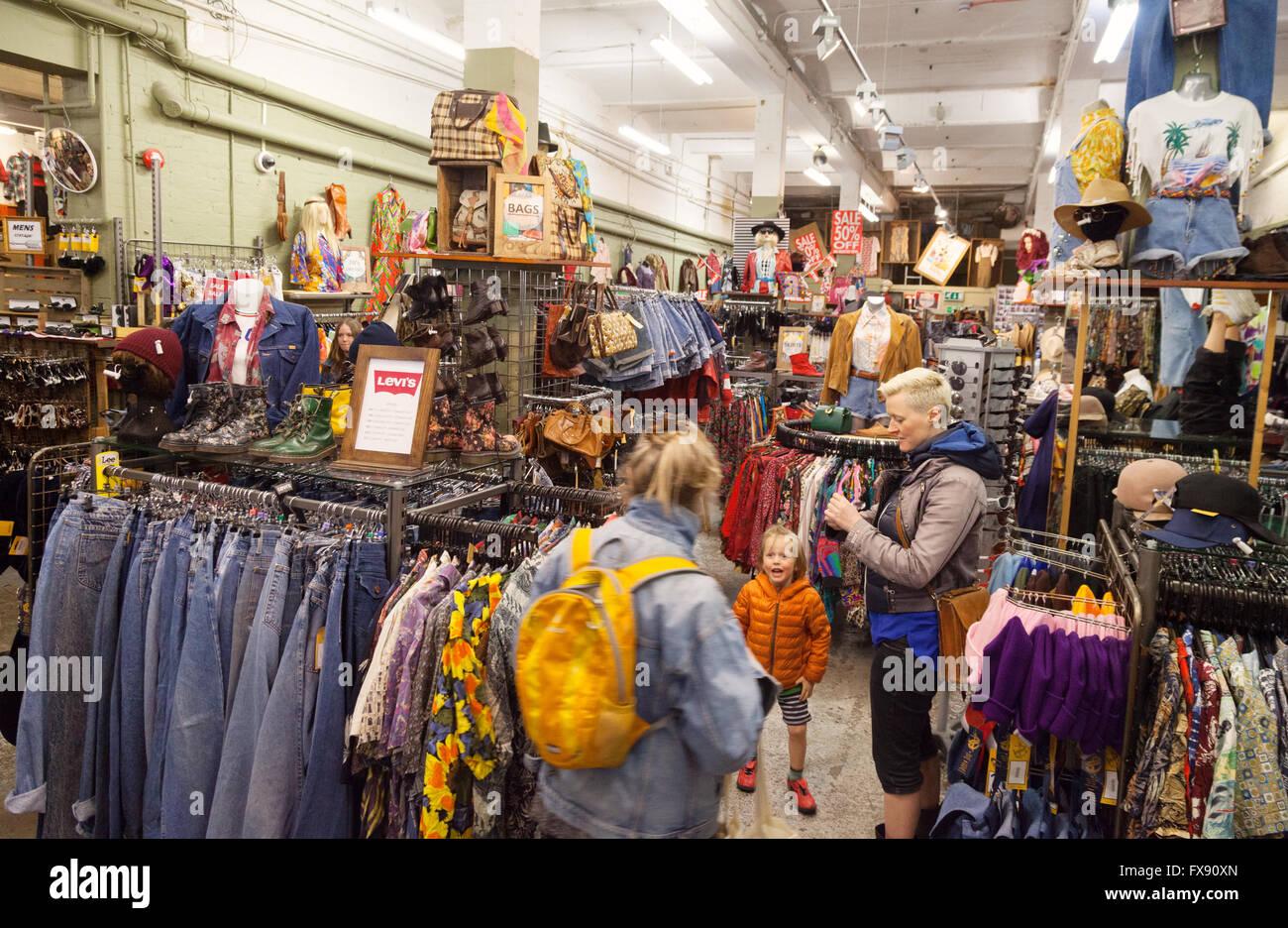 Les gens au-delà du shopping, magasin de vêtements Vêtements vintage Retro, Cheshire Street, Spitalfields, Photo Stock