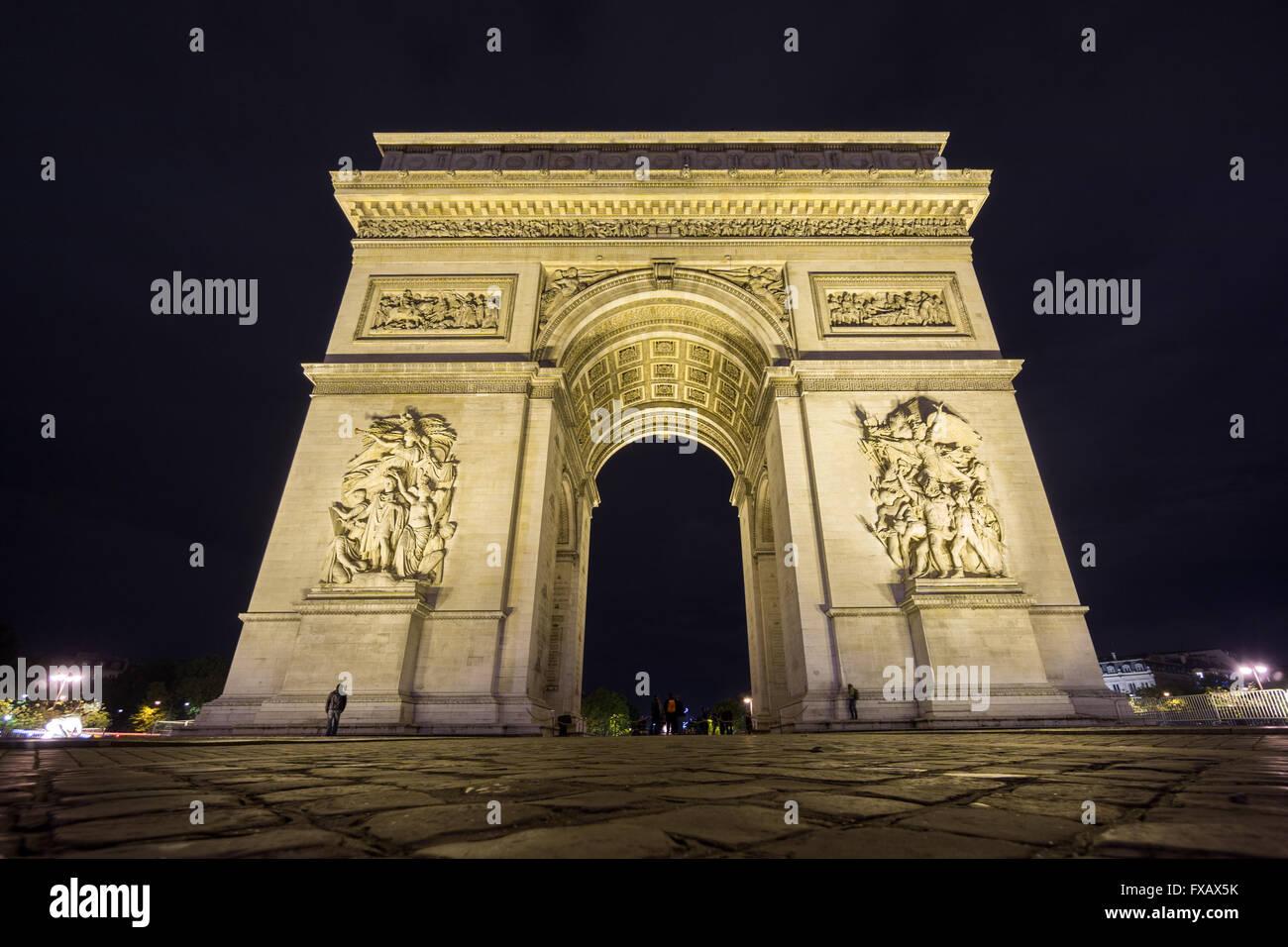 L'échelle de l'Arc de Triomphe de nuit Photo Stock