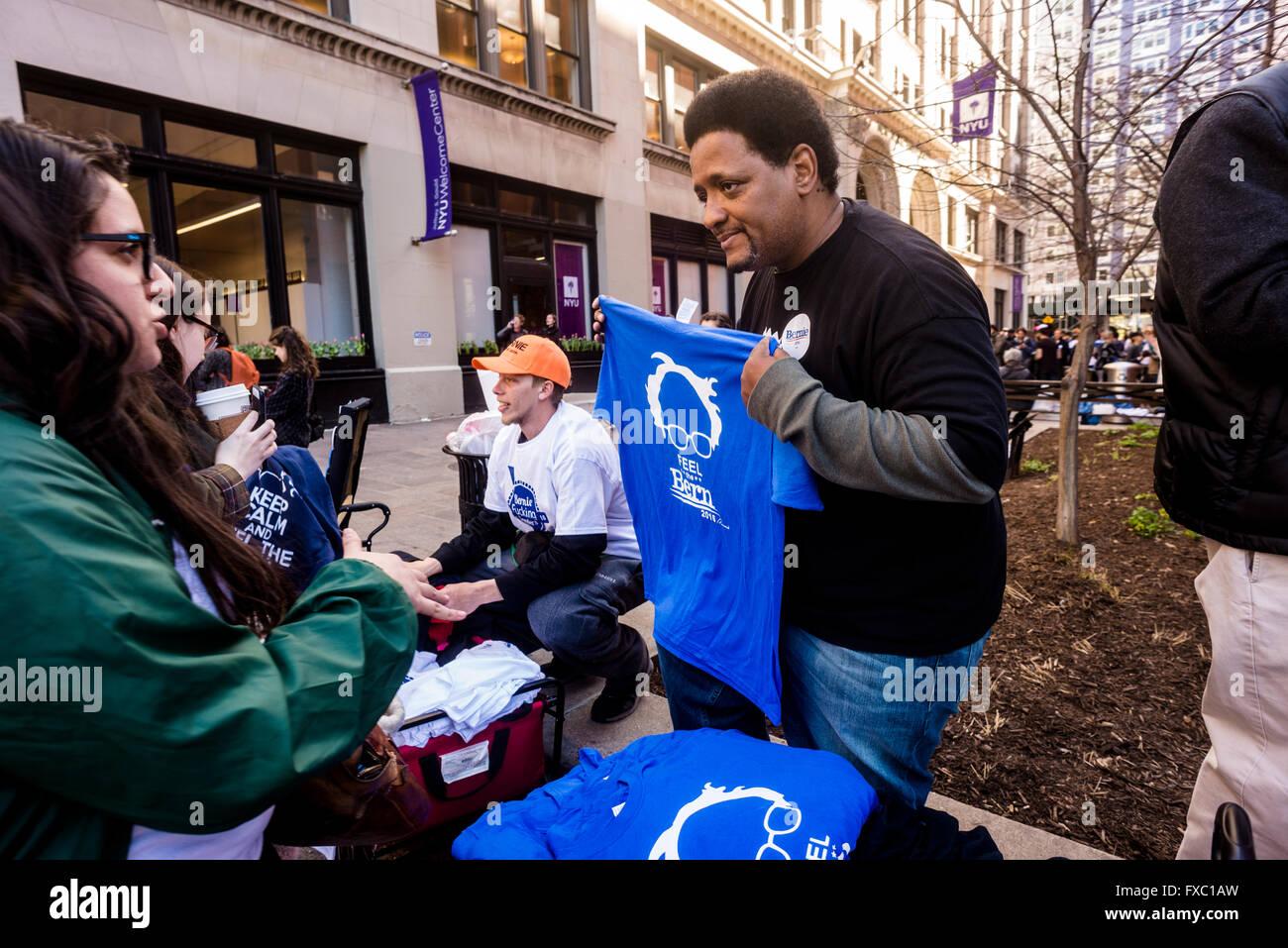 New York, USA. 13 avril, 2016. Heures avant un Bernie Sanders rally devrait commencer à vendre des boutons, Photo Stock