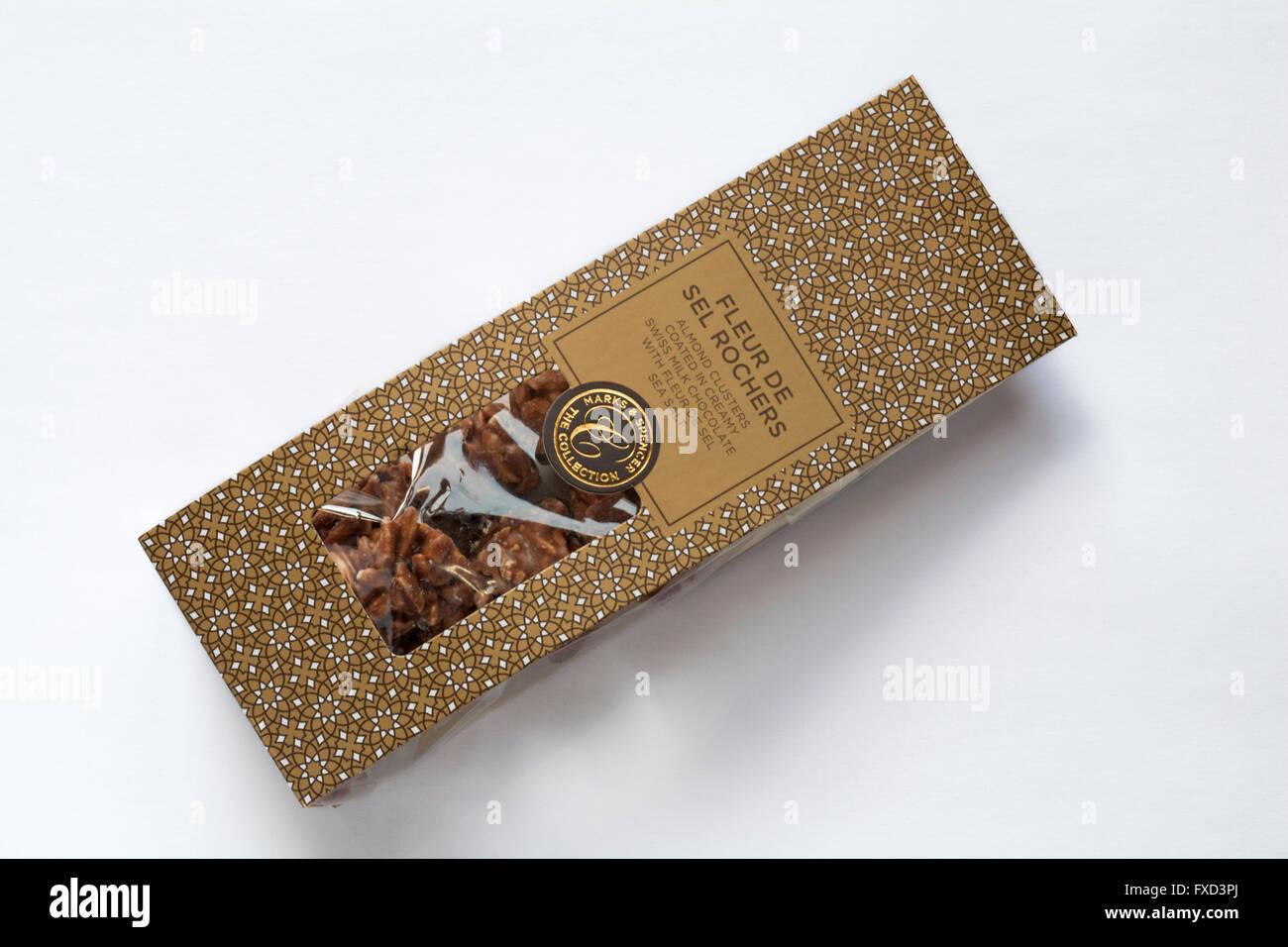 Paquet de Marks & Spencer à la Fleur de Sel chocolats rochers isolé sur fond blanc Photo Stock