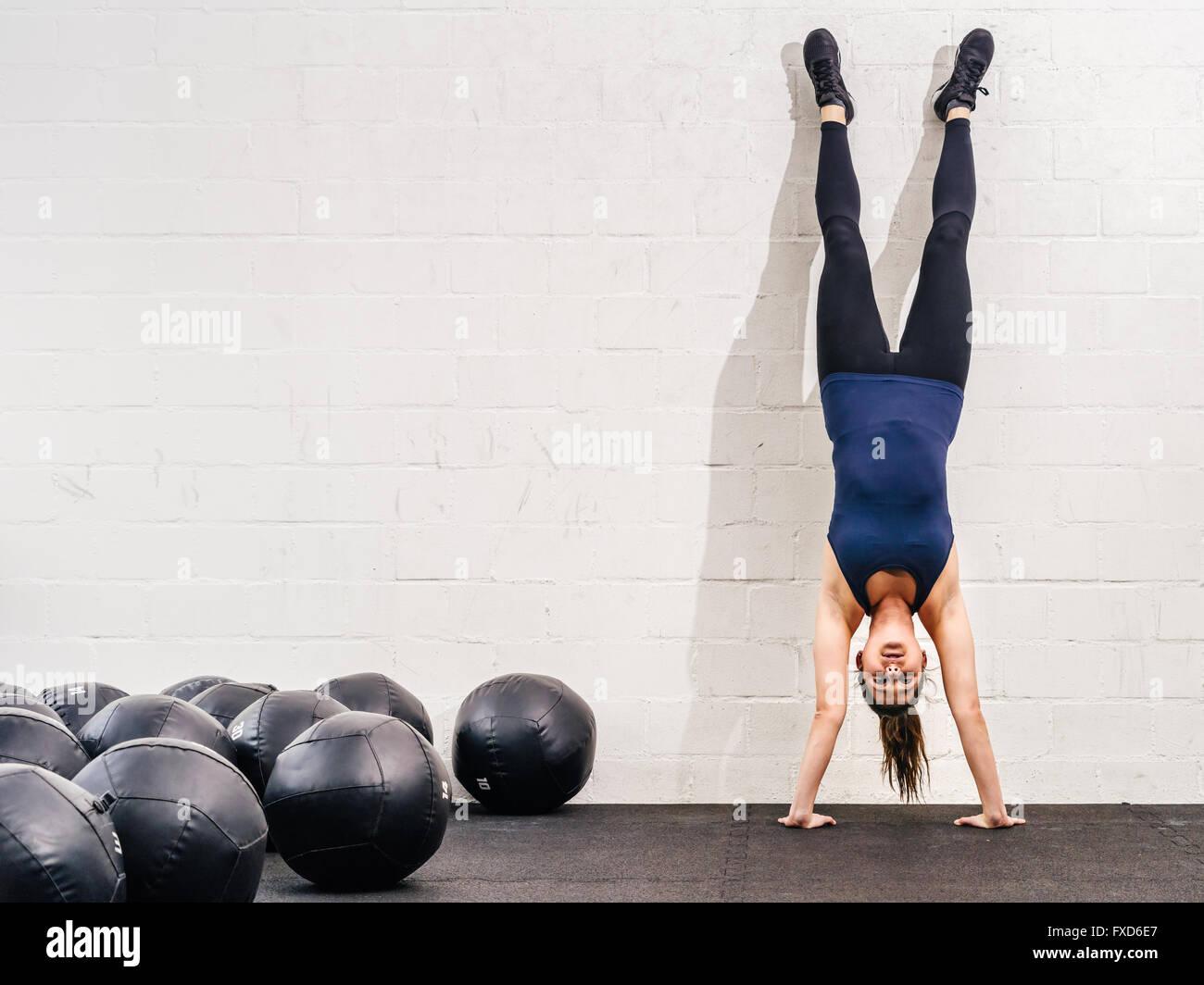 Photo d'une jeune femme fit faire un exercice à l'atr lors d'une salle de sport. crossfit Photo Stock