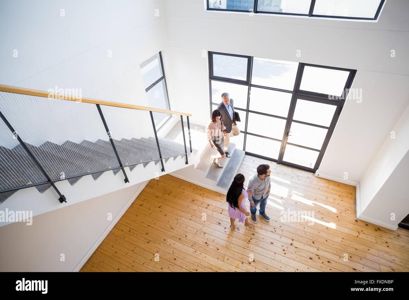 Agent immobilier montrant nouvelle maison pour couple Photo Stock