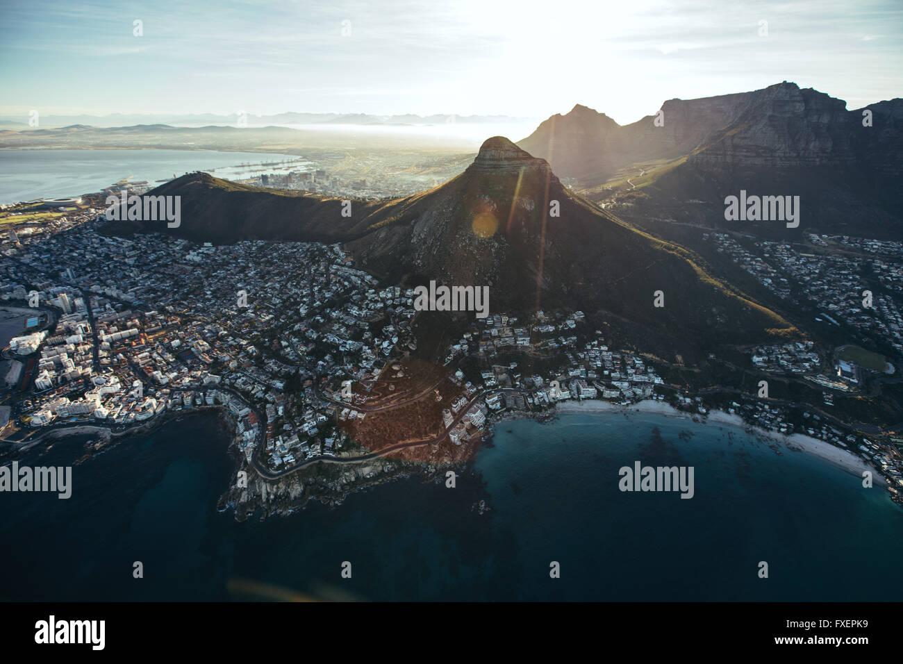 Birds Eye View of city of Cape Town avec de belles plages et de montagnes sur une journée ensoleillée. Vue aérienne de la ville de Cape Town avec Banque D'Images