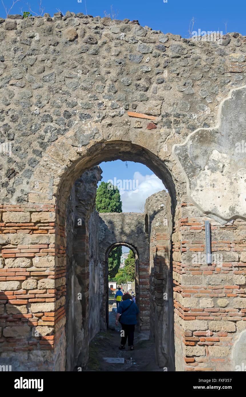 Porta Di Pompéi Herculanum Herculanum Ou Pompéi, Touristes Du0027encadrement De  La Porte De Lu0027Italie