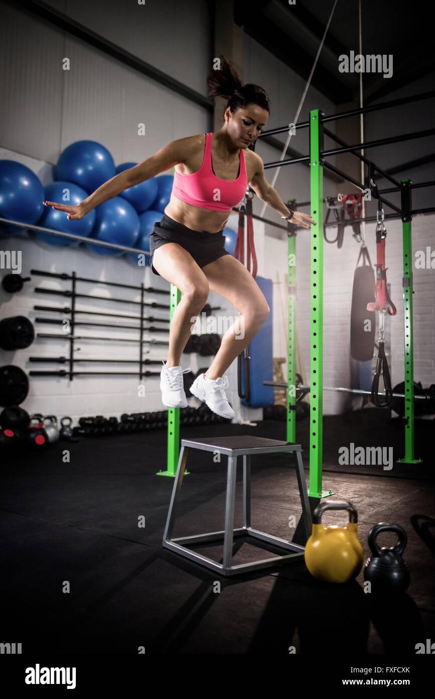 L'exécution d'un exercice femme crossfit Photo Stock