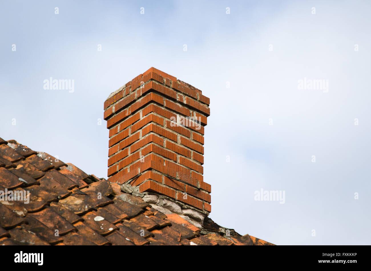Conduit De Cheminee En Brique Rouge cheminée en pierre de brique rouge à un vieux toit patiné