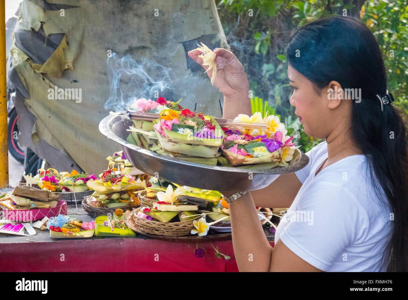 Les gens adorant à Ubud, Bali, Indonésie Photo Stock