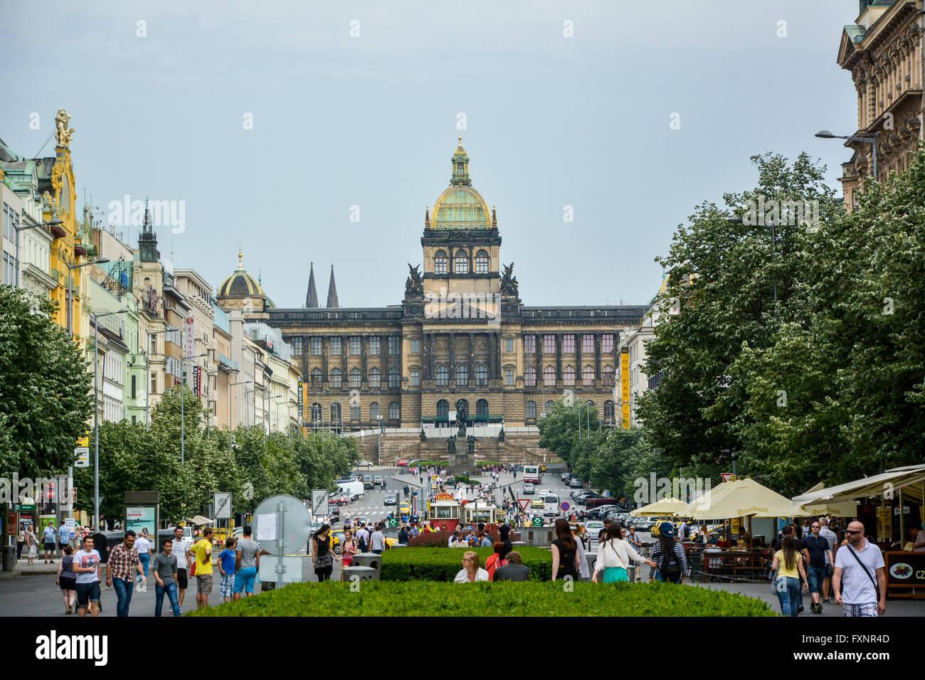 Les touristes dans la rue pour le Musée National de République Tchèque Photo Stock