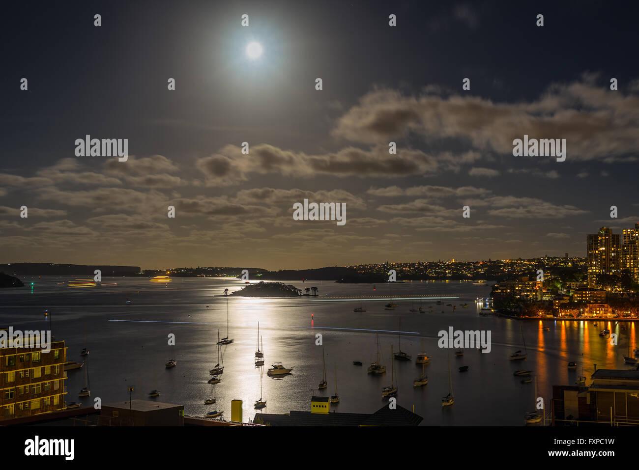 Le port de Sydney dans le clair de lune avec de l'eau Réflexions - Une longue exposition Banque D'Images
