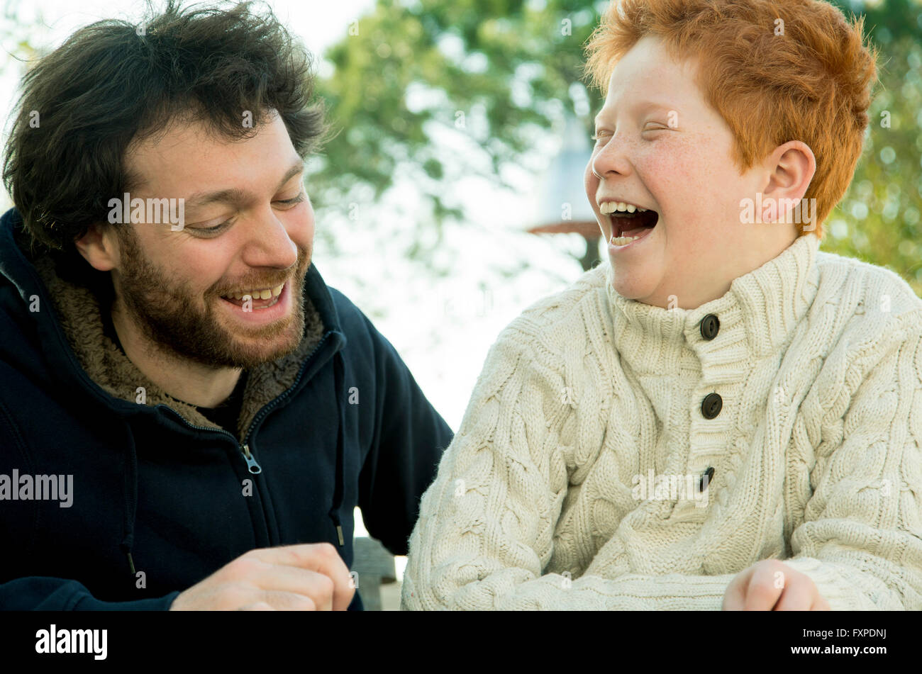 Père et fils rire ensemble à l'extérieur Photo Stock