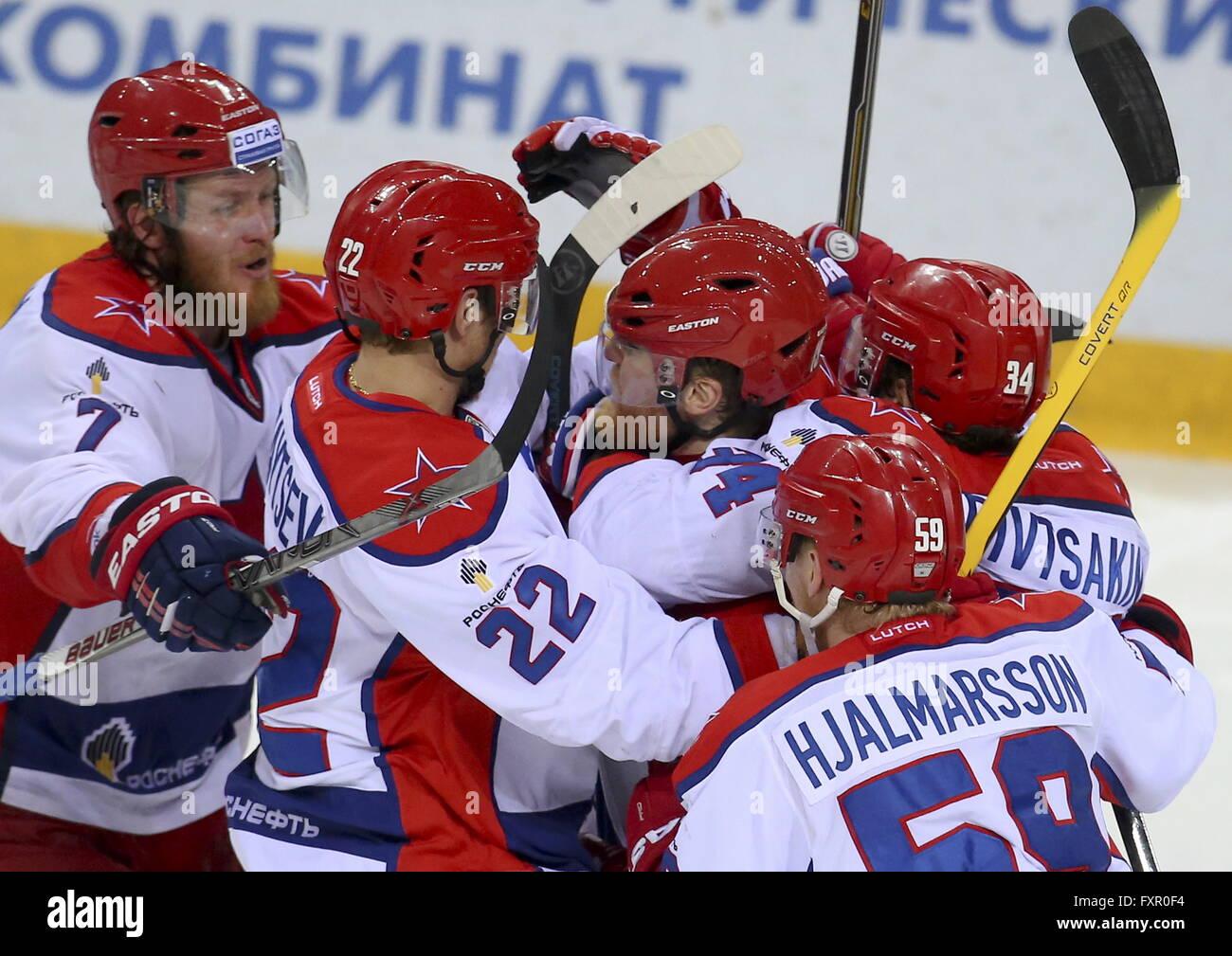 MAGNITOGORSK, RUSSIE. 17 avril, 2016. Les joueurs du CSKA célébrer le scoring dans LEG 6 de la saison 2015-2016 Ligue de hockey de l'équipe Gardien de but en finale contre le Metallurg Arena. HC CSKA Moscou a gagné le match 3:2 en temps supplémentaire. Artyom Korotayev/TASS Banque D'Images