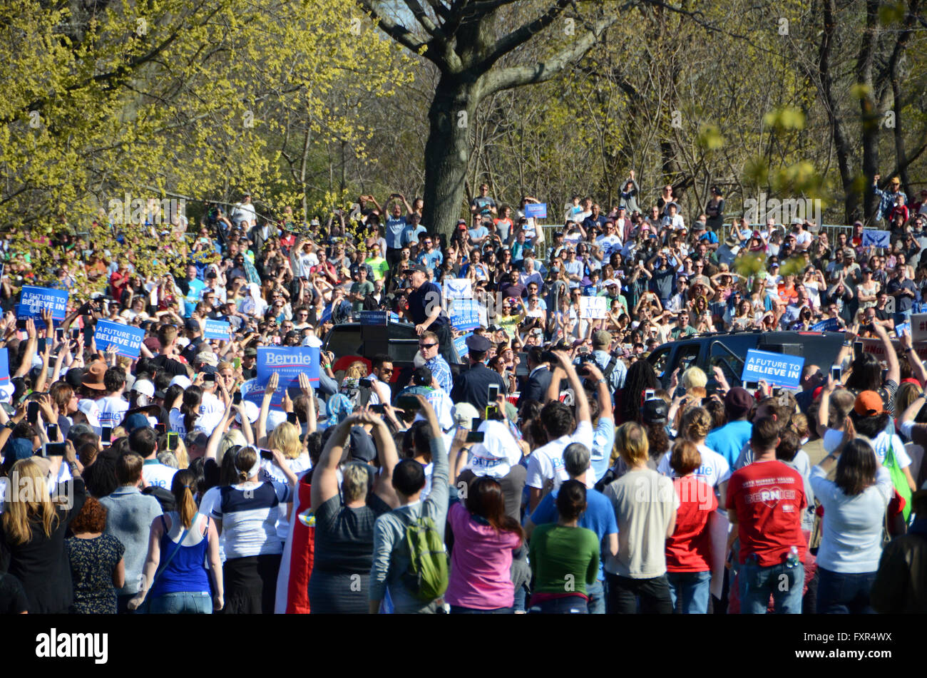 Brooklyn, New York, USA. 17 avril, 2016. Danny devito s'adresse à la foule Bernie Sanders Brooklyn Prospect Photo Stock