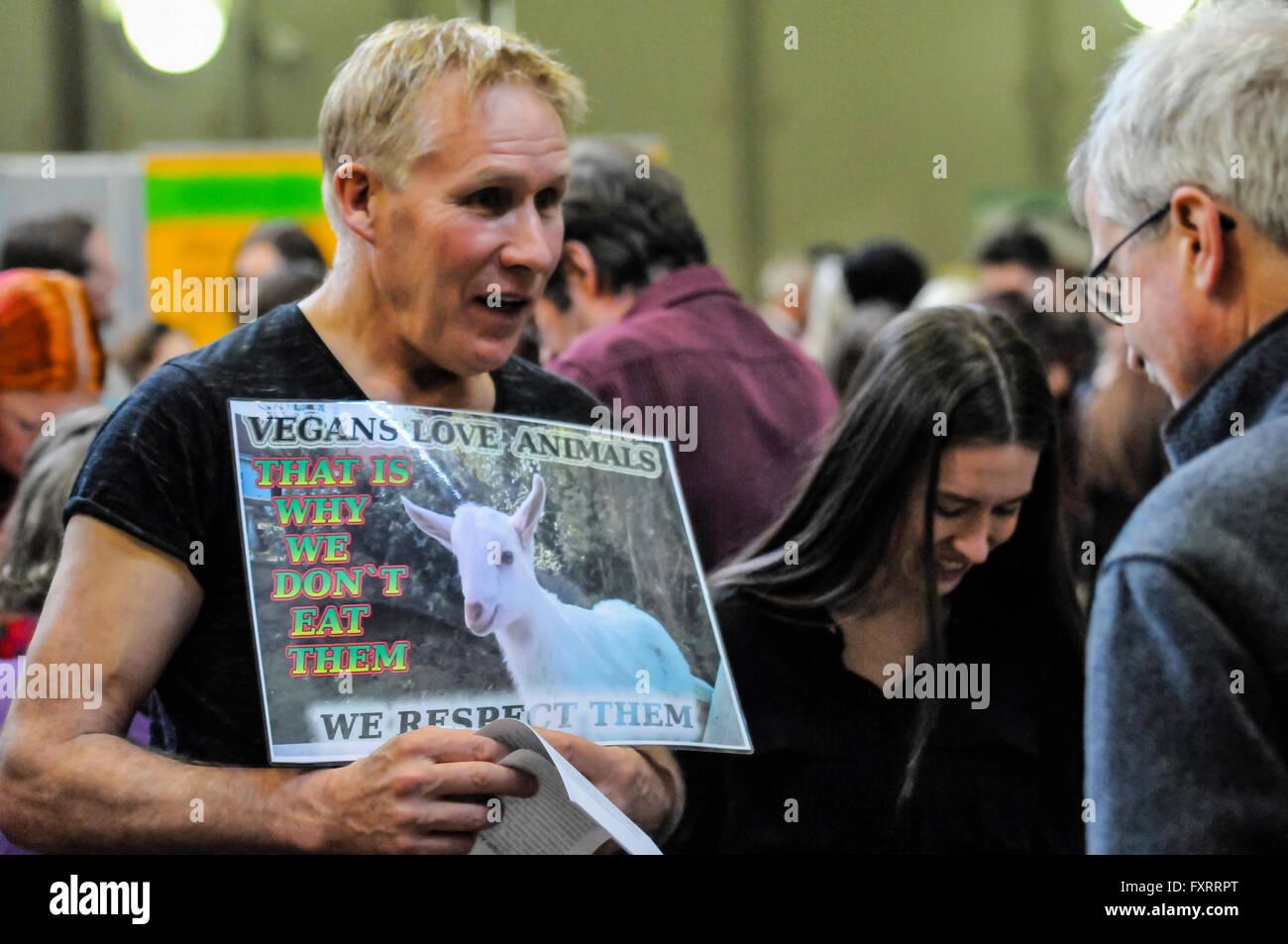 Un militant des droits des animaux vegan essaie de convaincre un autre de devenir végétalien. Photo Stock