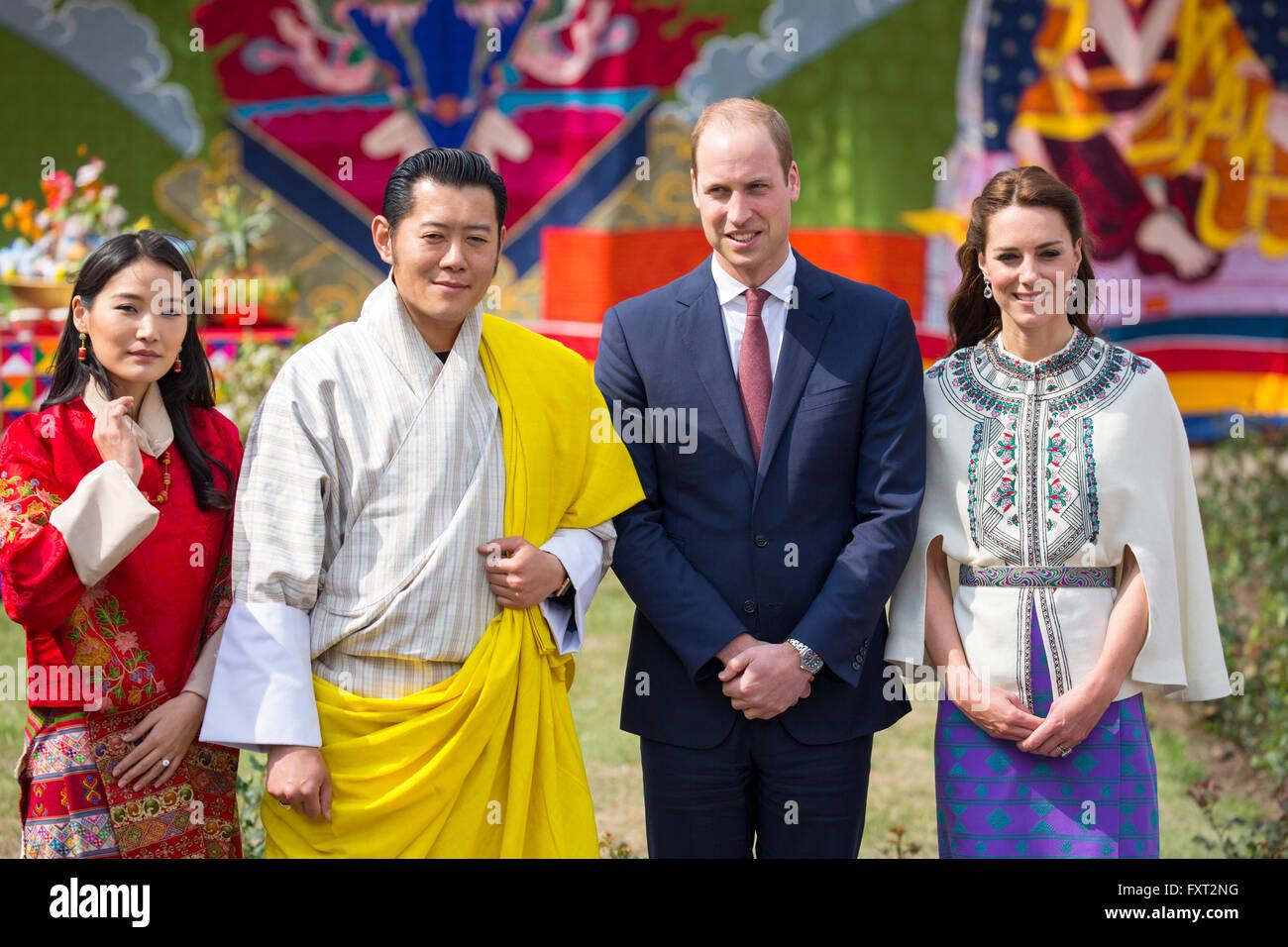 Le prince William, duc de Cambridge et Catherine, duchesse de Cambridge posent avec le roi Jigme Khesar Namgyel Photo Stock