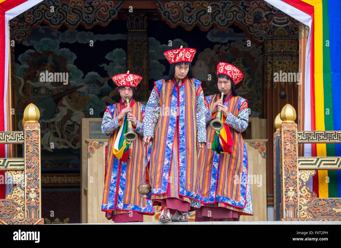 Musiciens traditionnels mènent une Chipdrel de cérémonie à l'arrivée dans le Tashichhodzong Photo Stock
