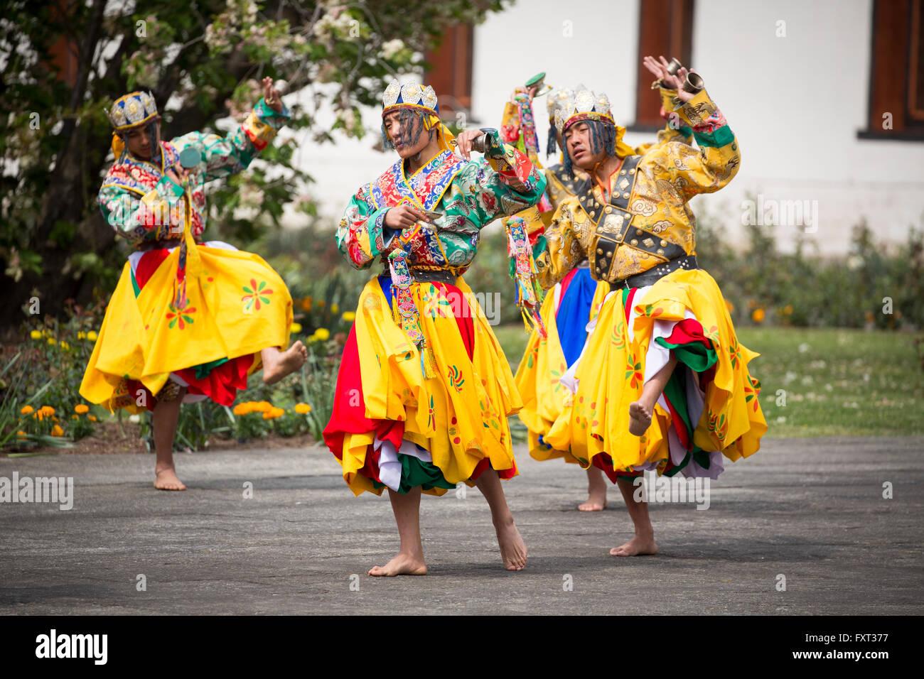 Danseurs cérémonie traditionnelle à une cérémonie de bienvenue à TashichhoDzong à Photo Stock