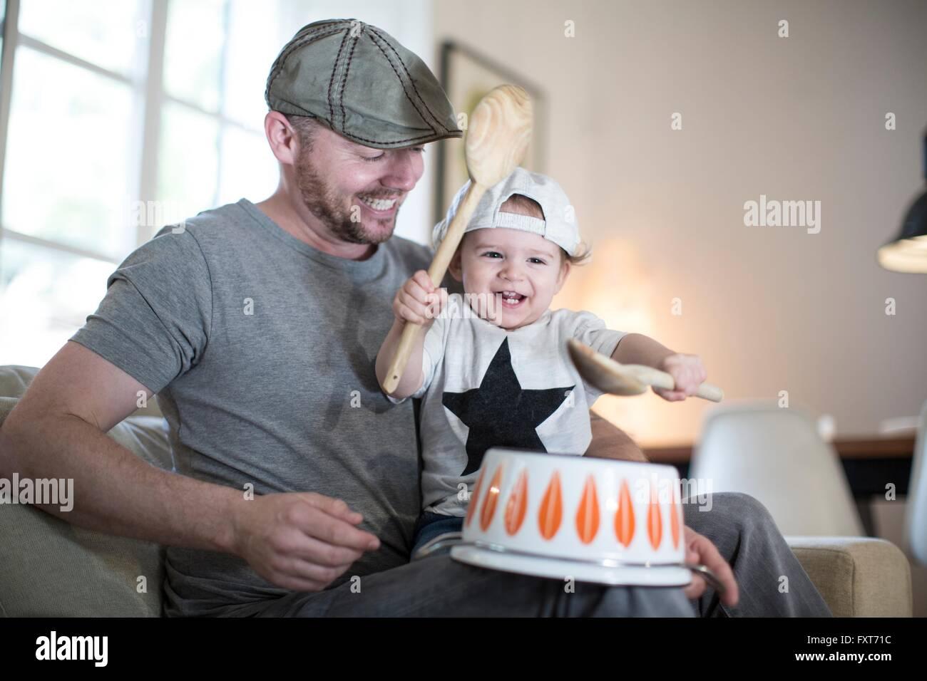 Baby Boy sur les pères tour à jouer de la batterie sur l'envers casserole Photo Stock