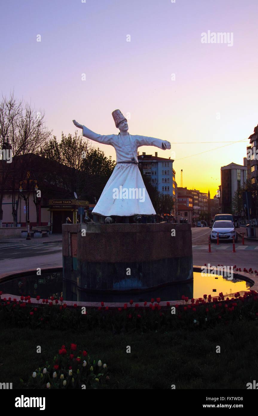 Istanbul, Turquie - 10 Avril 2016: Derviche statue sur le coucher du soleil dans la ville, la Turquie Kutahya Banque D'Images