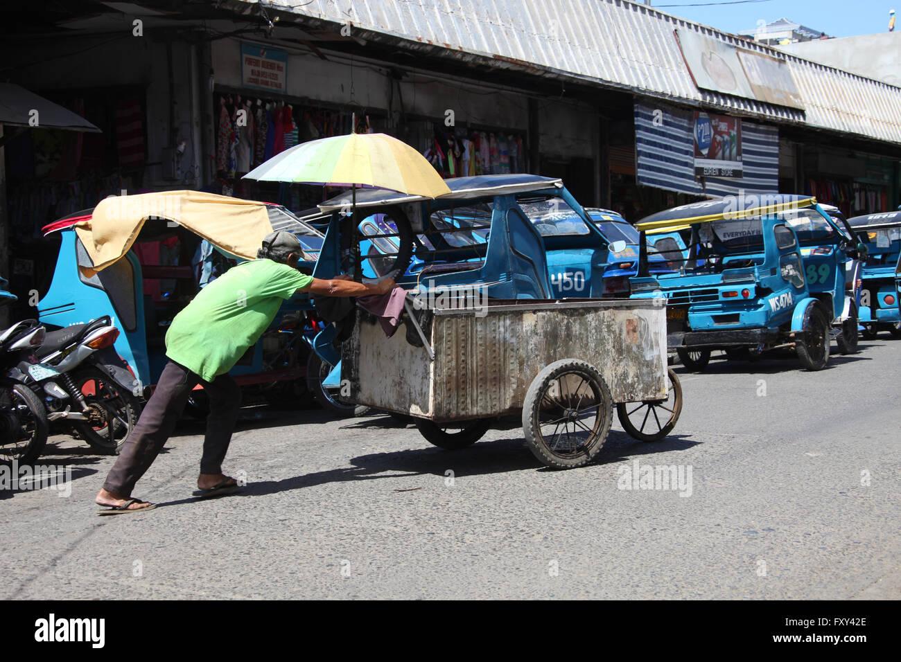 Panier en acier homme pousse l'ASIE Philippines Puerto Princesa 23 Avril 2015 Banque D'Images
